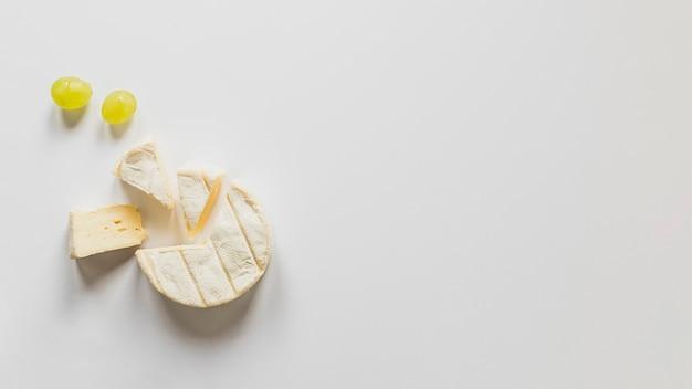 Raisins et blocs de fromage isolés sur fond blanc Photo gratuit