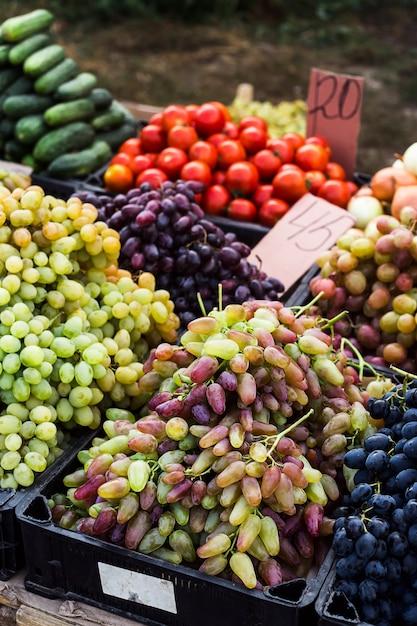 Des raisins sur le marché vendant des récoltes avant thanksgiving Photo Premium