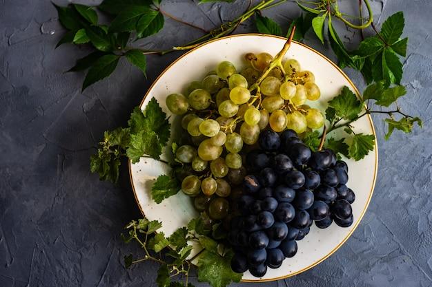 Des Raisins Sur La Plaque En Céramique Photo Premium