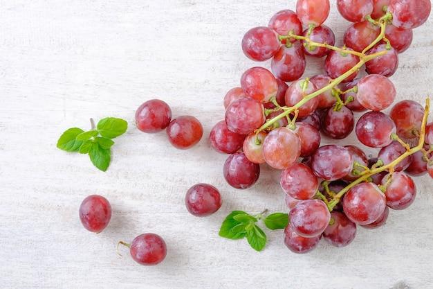 Raisins rouges sur fond blanc Photo Premium