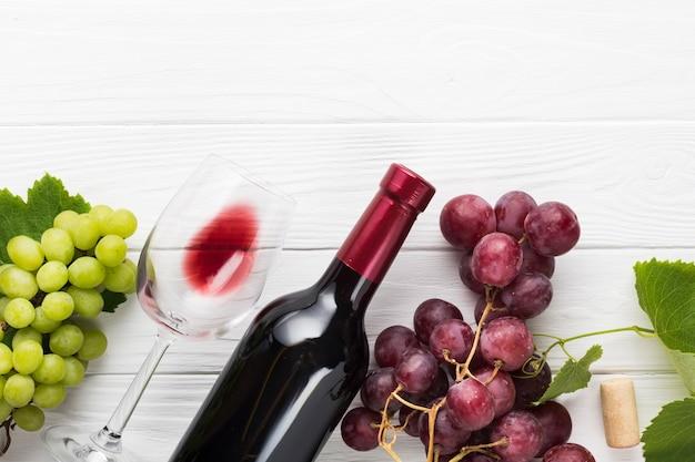 Raisins verts et rouges avec du vin Photo gratuit