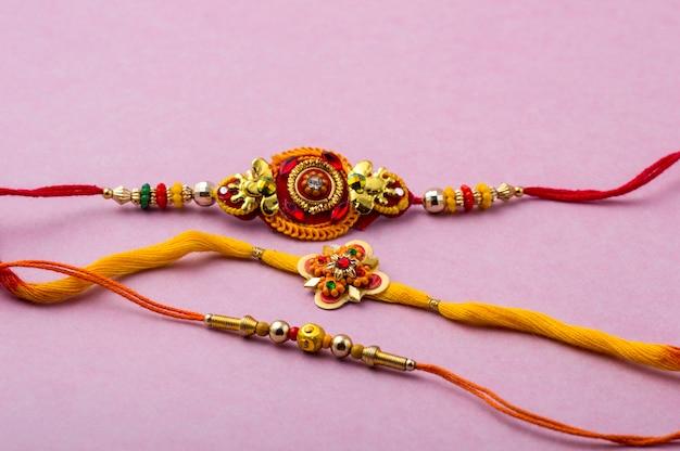 Raksha Bandhan Avec Un élégant Rakhi. Un Bracelet Traditionnel Indien Qui Symbolise L'amour Entre Frères Et Soeurs. Photo Premium