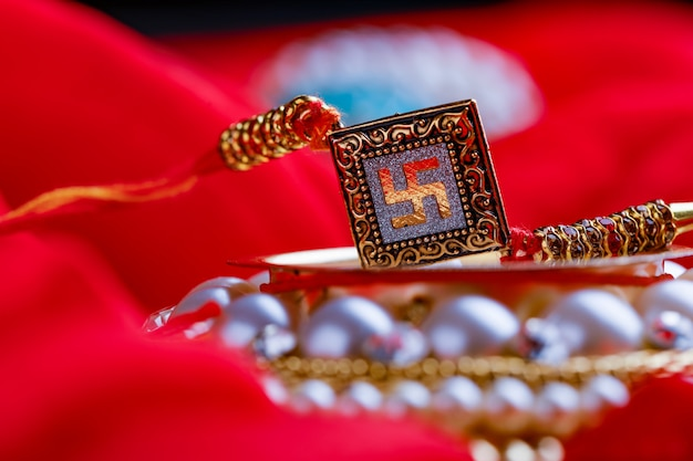 Raksha bandhan rakhi sur fond rouge Photo Premium