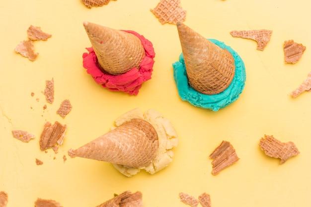 Ramassez la crème glacée aux fruits et les gaufres craquelées Photo gratuit