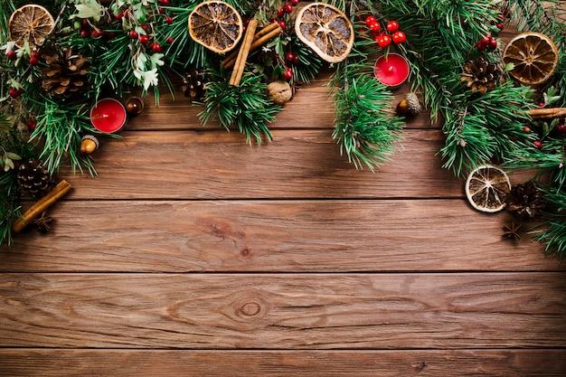 Rameau de noël sur planche de bois Photo gratuit
