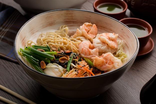 Ramen asiatique aux crevettes et nouilles dans un restaurant Photo Premium