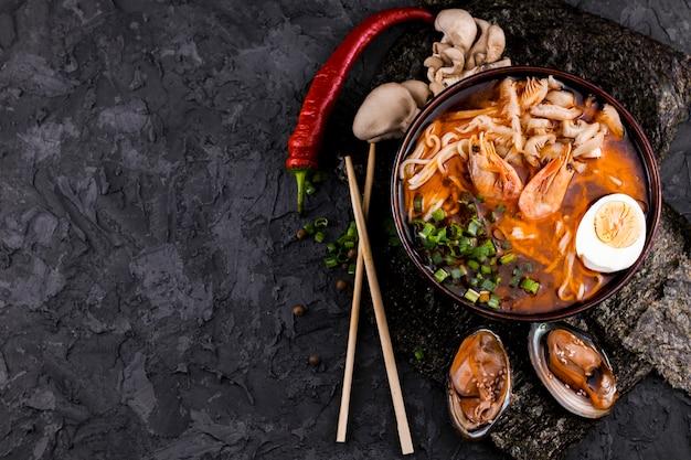 Ramen de fruits de mer vue de dessus avec espace de copie Photo gratuit