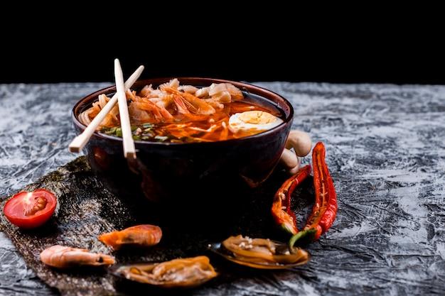 Ramen japonais avec des œufs et des fruits de mer Photo gratuit