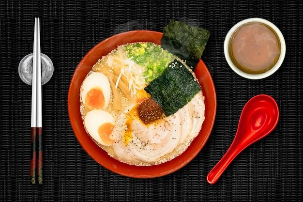 Les ramen sont des nouilles japonaises. Photo Premium
