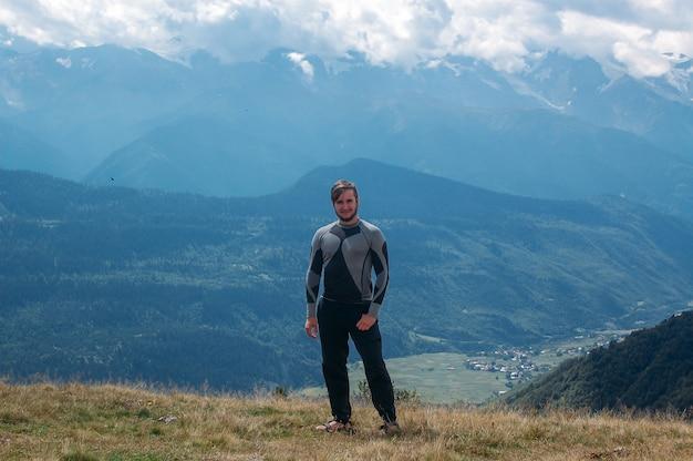 Randonnée Homme Debout Dans Les Montagnes Photo Premium