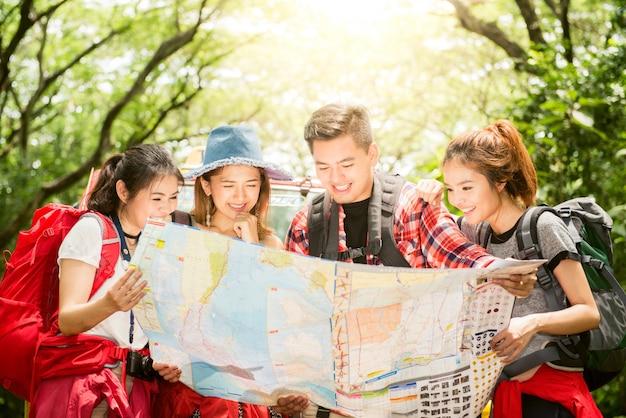Randonnee Randonneurs Regardant La Carte Couple Ou Amis Naviguant Ensemble Souriant Heureux Lors D Une Randonnee Pedestre En Plein Air En Foret Jeune Femme Asiatique Mixte Et Homme Photo Gratuite