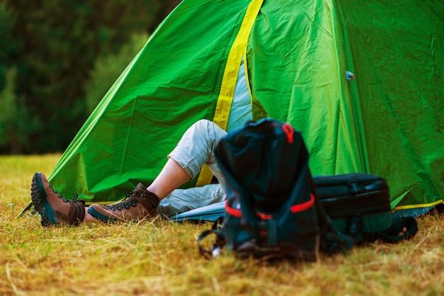 Randonnée reposante dans une tente Photo gratuit