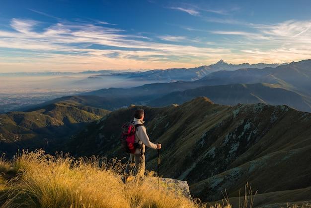 Randonneur au repos au sommet de la montagne Photo Premium