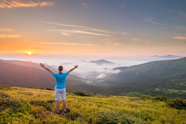 Randonneur, Debout, Sommet, Montagne, élevé, Mains Photo Premium