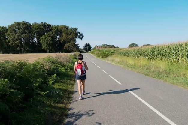 Randonneur femme marchant sur la route Photo Premium