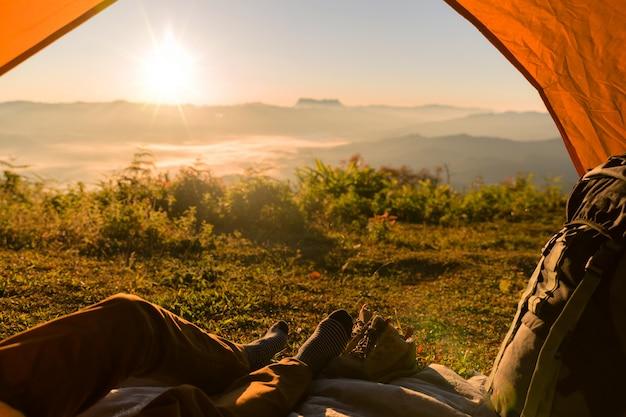 Randonneur homme assis dans une tente touristique par travel discovery concept Photo gratuit