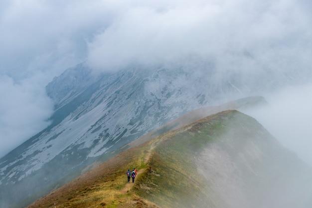 Randonneurs Montant Une Haute Montagne Photo gratuit