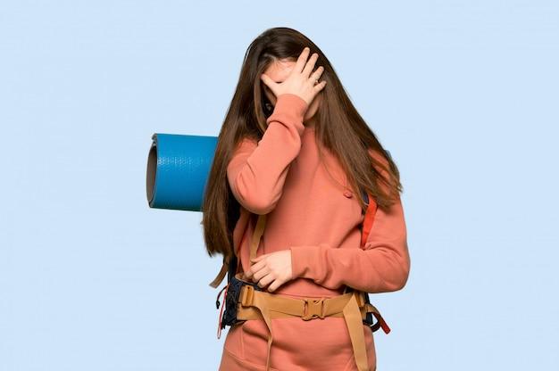 Randonneuse avec une expression fatiguée sur le bleu Photo Premium