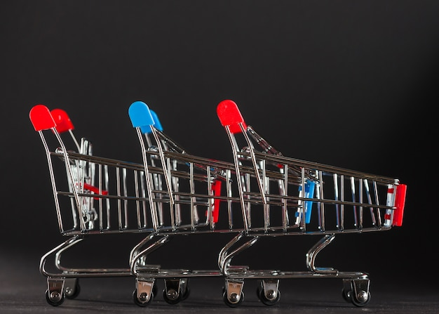 Rangée de caddies à poignées rouges et bleues Photo gratuit