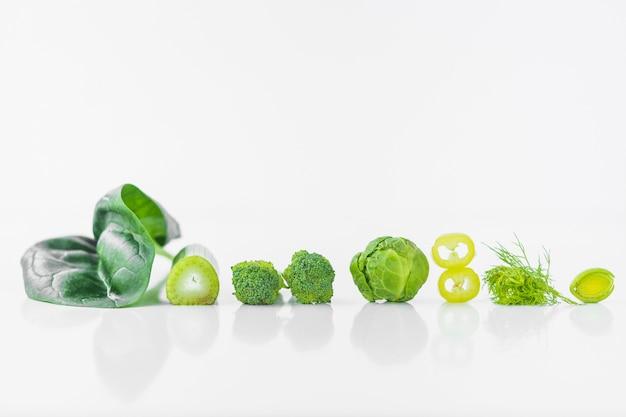 Rangée de légumes verts frais sur fond blanc Photo gratuit