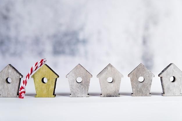 Rangée de maisons d'oiseaux en bois sur une surface blanche sur fond flou Photo gratuit