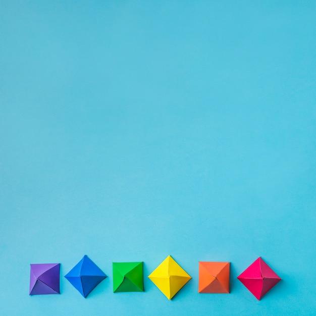 Rangée d'origami en papier brillant Photo gratuit
