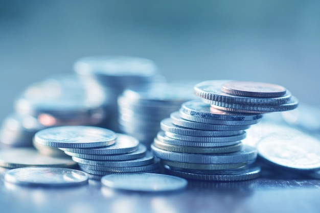 Rangée, de, pièces, sur, bois, fond, pour, finance, et, épargne, concept, investissement, économie, soft, focus Photo Premium