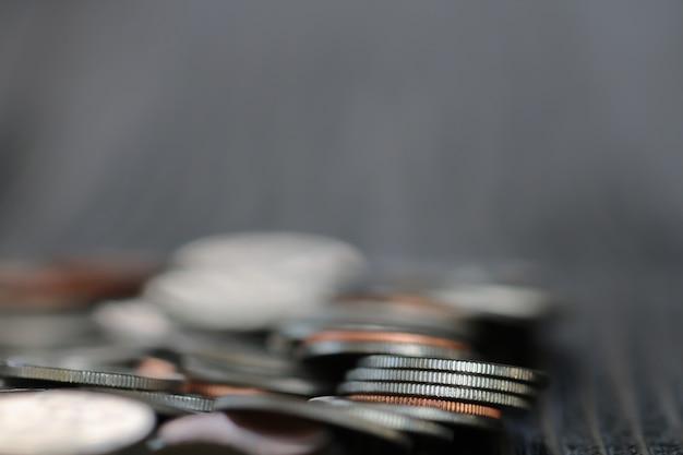 Rangée de pièces sur fond de bois pour la finance Photo Premium
