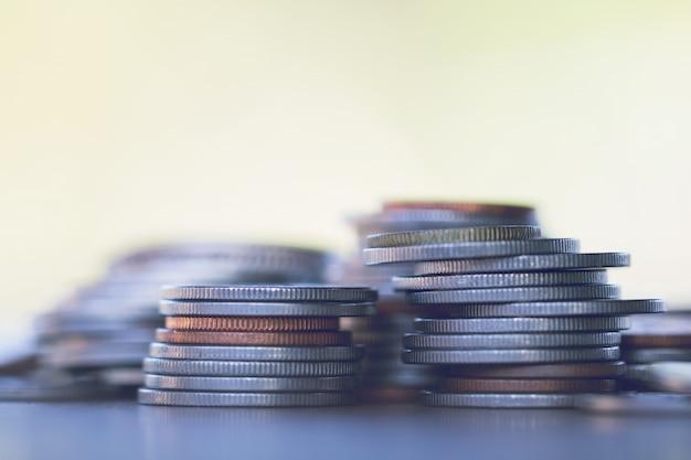 Rangée de pièces de monnaie sur fond de bois pour la finance et le concept d'économie Photo Premium