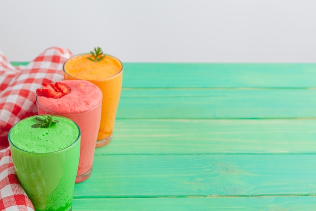 Rangée De Smoothies De Fruits Et Légumes Sains Photo Premium