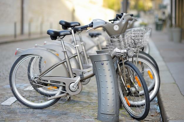 Rangée de vélos de ville à louer à paris, france Photo Premium