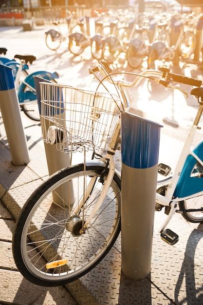 Rangée de vélos vintage garés à louer sur le trottoir Photo gratuit
