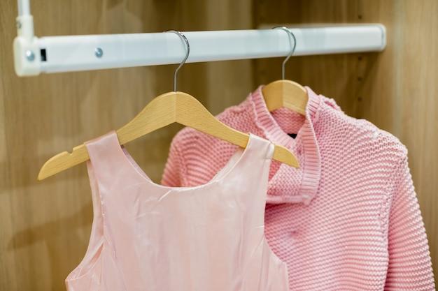 Une Rangée De Vêtements D'enfants Suspendus Sur Des Cintres. Photo Premium