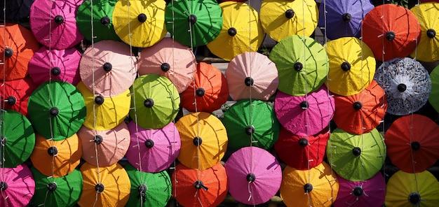 Rangées De Parapluies Colorés Photo Premium