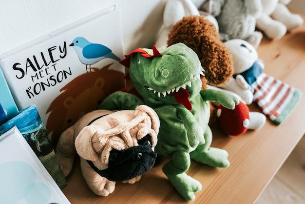 Rangées de poupées dans une salle de jeux de la pépinière Photo Premium