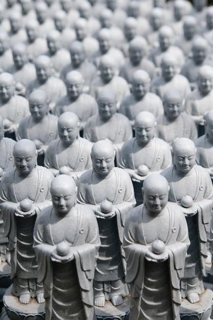 Rangées De Sculptures De Jizo Japonais Similaires Dans Le Temple Hase-dera, Kamakura, Japon Photo Premium