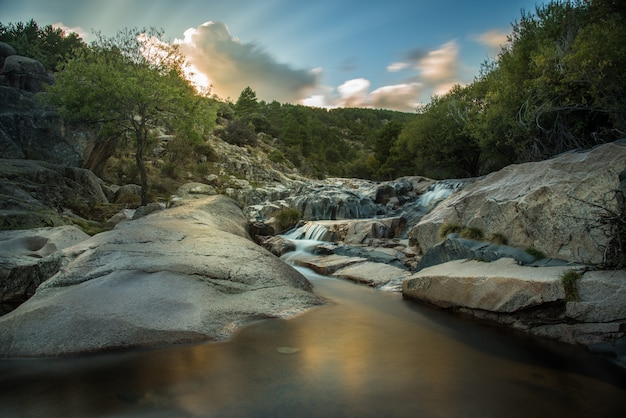 Les rapides de la rivière manzanares à madrid, en espagne Photo Premium