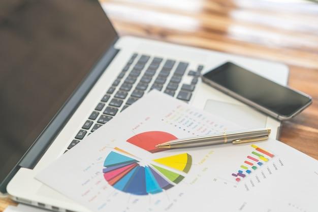 Rapport de la paperasserie des graphes d'affaires du marché Photo gratuit