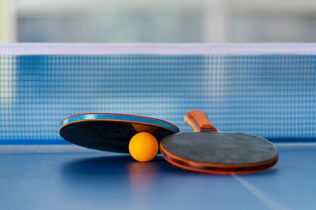 Raquette et balle de tennis de table Photo Premium