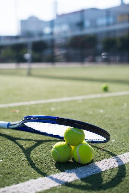 Raquette de tennis et balles Photo gratuit