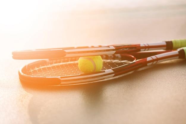 Raquettes de tennis avec une balle Photo gratuit