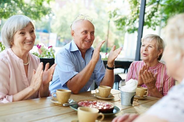 Rassemblement tant attendu de personnes âgées Photo gratuit