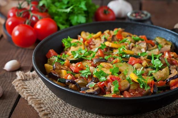 Ratatouille De Légumes Dans Une Poêle Sur Une Table En Bois Photo gratuit