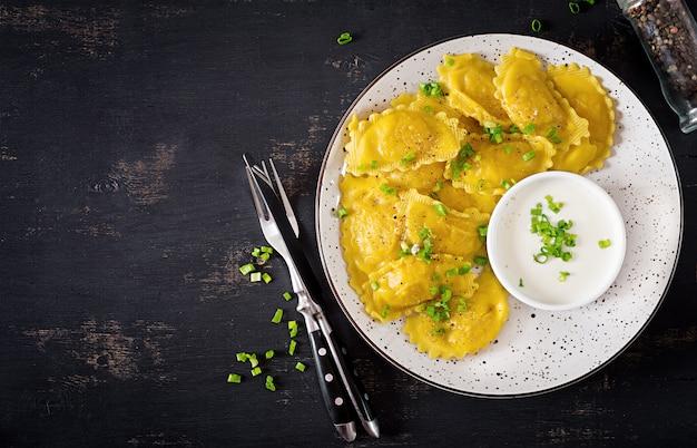 Ravioli aux épinards et fromage ricotta. cuisine italienne. vue de dessus Photo Premium
