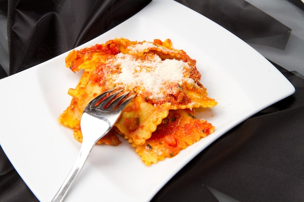 Ravioli à la sauce tomate Photo Premium