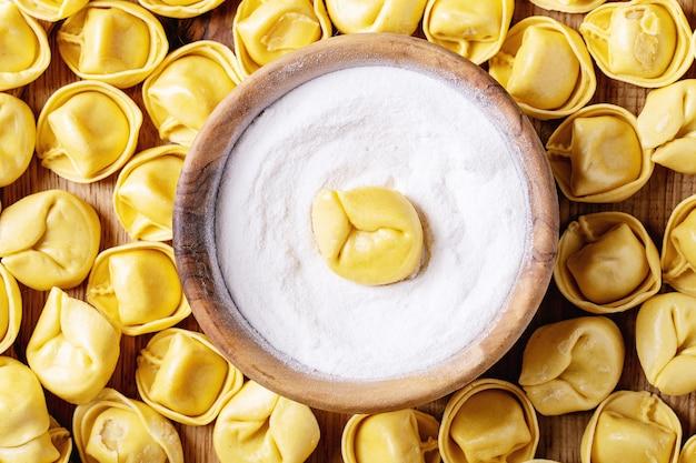 Raviolis italiens traditionnels crus Photo Premium