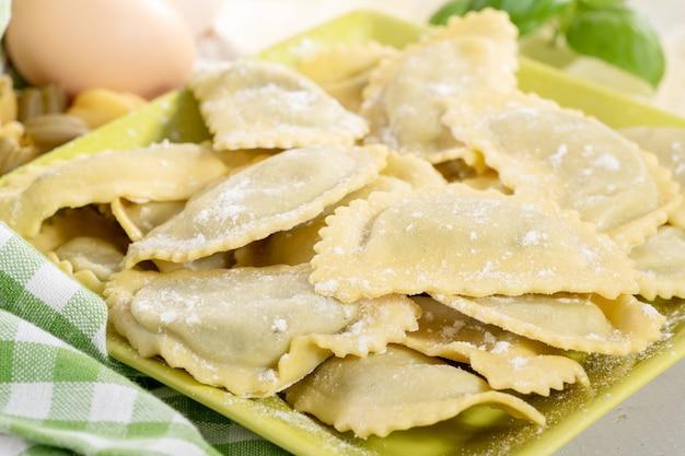 Raviolis italiens traditionnels fourrés au fromage et aux épinards Photo Premium