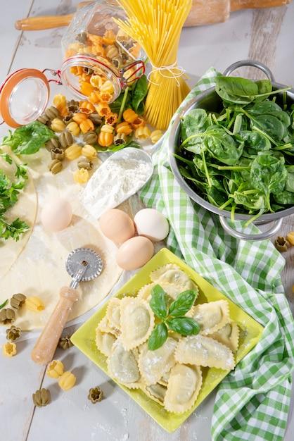 Raviolis italiens traditionnels fourrés aux épinards Photo Premium