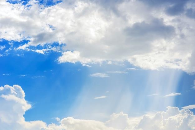 Rayon de soleil à travers la brume sur un ciel bleu, nuages avec des rayons de soleil Photo Premium