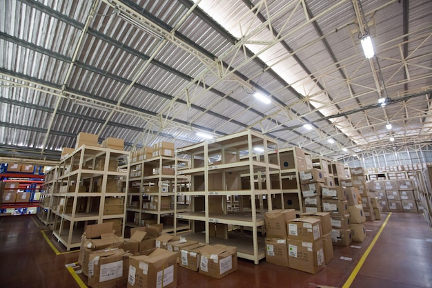 Rayons et étagères dans un entrepôt de distribution Photo Premium